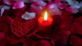 Longueur des pétales de rose, de la combustion de bougie et de la valentine de décoration Jour de Valentine clips vidéos