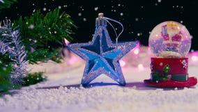 Longueur du globe de neige et de l'étoile Chirstmas avec la neige clips vidéos