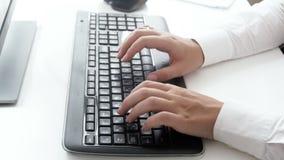 Longueur du plan rapproché 4k des mains femelles dactylographiant sur le clavier d'ordinateur noir banque de vidéos