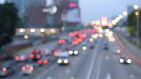 longueur en temps réel brouillée du trafic sur la route le soir plein codec du hd 1080p h264 banque de vidéos