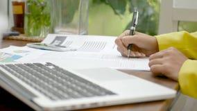 longueur 4k étroit de la femme d'affaires signant un contrat pour l'accord d'affaires avec le stylo au bureau banque de vidéos