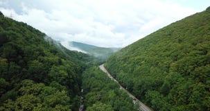 longueur 4K courante aérienne de la conduite le long de la route de passage de montagne d'enroulement par la forêt à Sotchi, Russ banque de vidéos