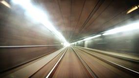 longueur 4K d'un tram au fond de Vienese allant le long de son itinéraire banque de vidéos