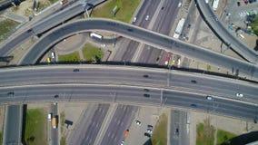 longueur 4K 4K aérienne Voler au-dessus de la jonction de route dans la ville clips vidéos