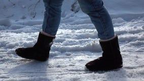 longueur Lent-MOIS Les pieds de fille marche dans la neige Sideview banque de vidéos