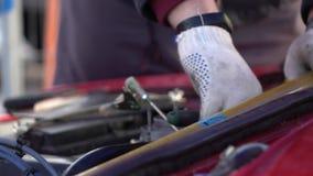 longueur Lent-MOIS Un homme répare une voiture Remet le plan rapproché banque de vidéos
