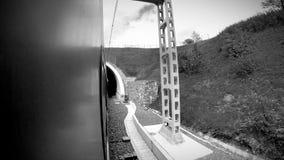 Longueur noire et blanche : le train allant rapide écrit le tunnel et les sorties il clips vidéos