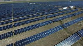 Longueur par le quadcopter du système de cellules de panneaux solaires banque de vidéos
