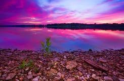 Longview morgon för soluppgång för sjö färgrik Arkivbild