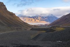 Longyear valley and Longyearbyen town. Svalbard - vast sedimentary rocks limestone, sandstone, coal in the glacial moraine of Longyear valley showing rich Stock Photos
