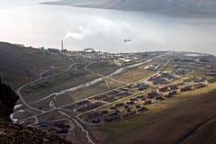 Longyearbyen - el establecimiento más grande en Svalbard Foto de archivo