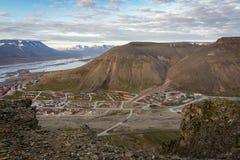 Longyearbyen i Adwentowy fjord, widzieć od Platafjellet Plata góra w Svalbard, Skalistej góry przedpole zdjęcie royalty free