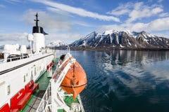 Longyearbyen NORGE - Juni 28, 2015: Expedition med ett skepp fotografering för bildbyråer