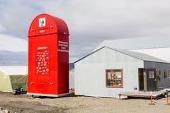 Longyearbyen, Norvège, le 26 juin 2016 : Boîte aux lettres rouge géante pour Santa Claus Photo stock