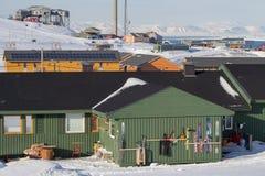 Longyearbyen, Spitsbergen (Svalbard) La visión a través de la casa Fotos de archivo