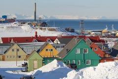 Longyearbyen, Spitsbergen (Svalbard) La visión a través de la casa Foto de archivo