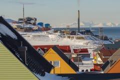 Longyearbyen, Spitsbergen (Svalbard) La visión a través de la casa Fotografía de archivo