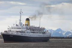 LONGYEARBYEN SVALBARD, NORGE - JULI 12 2014: Stiga ombord för turister Royaltyfria Bilder