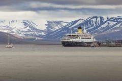 LONGYEARBYEN SVALBARD, NORGE - JULI 12 2014: Stiga ombord för turister Fotografering för Bildbyråer