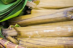 Lontong lub ryż kontrpara zawijająca z bananową liść zielenią naturalną obrazy royalty free