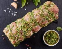 Lonza di maiale cruda con le spezie pronte per cuocere fotografie stock libere da diritti
