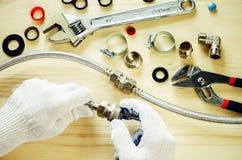 Loodgieter aan het werk met hulpmiddelenloodgieterswerk Royalty-vrije Stock Afbeeldingen