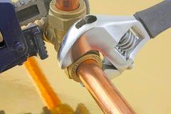 Loodgieter die buisleidingen verscherpen Stock Foto