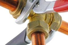 Loodgieter die buisleidingen verscherpen Stock Foto's