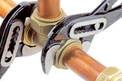 Loodgieter die buisleidingen verscherpen Stock Fotografie