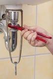 Loodgieter die een pijpmoersleutel houdt. royalty-vrije stock foto's