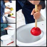 Loodgieter die een toilet herstelt Royalty-vrije Stock Afbeeldingen