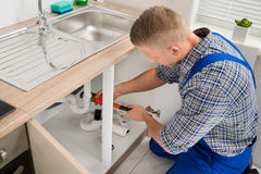 Loodgieter Fixing Sink Pipe royalty-vrije stock fotografie