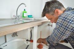 Loodgieter Fixing Sink Pipe in Keuken royalty-vrije stock foto's