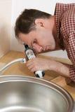 Loodgieter met waterdicht makend kanon royalty-vrije stock foto