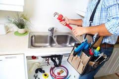 Loodgieter op de keuken Royalty-vrije Stock Afbeeldingen