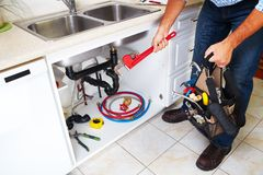 Loodgieter op de keuken Stock Afbeeldingen