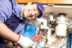 Loodgieter op het werk royalty-vrije stock afbeeldingen