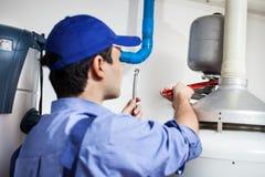 Loodgieter op het werk stock foto's