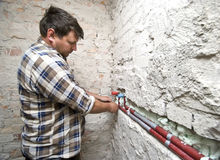 Loodgieter op het werk stock fotografie