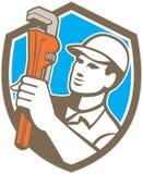 Loodgieter Retro Holding Wrench Shield Stock Foto's
