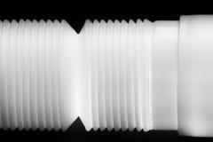 Loodgieterswerk de witte plastic pijpen Stock Foto's