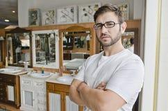 Loodgieterswerk en de bediende of de cliënt het stellen van de meubilairopslag royalty-vrije stock foto's