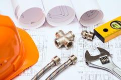 Loodgieterswerk en tekeningen, bouwstilleven stock foto
