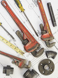 Loodgieterswerkhulpmiddelen op blauwdrukken 10 Royalty-vrije Stock Fotografie