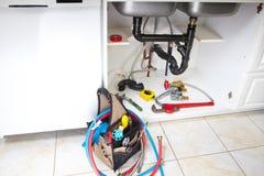 Loodgieterswerkhulpmiddelen op de keuken Royalty-vrije Stock Foto's