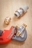 Loodgieterswerkhulpmiddelen op houten raad royalty-vrije stock foto