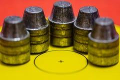 Loodkogels op een doelgezicht stock afbeelding