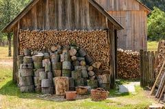 Loods met brandhout in dorp stock foto