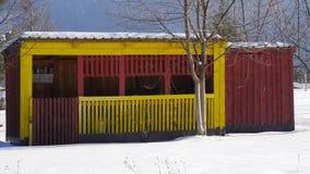 Loods met sneeuw wordt behandeld die Stock Afbeelding