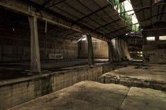 Loods in verlaten fabriek Stock Afbeeldingen
